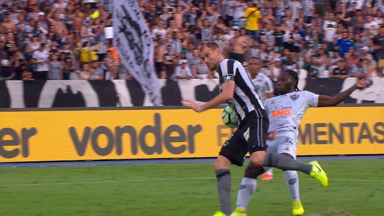 Atlético-MG pede pênalti por toque na mão de Carli aos 23 do 2º tempo