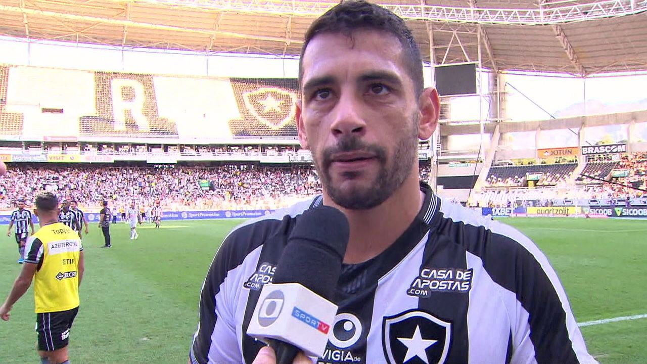 Diego Souza reclama de cartões bobos recebidos pelo Botafogo no intervalo do jogo contra o Atlético-MG
