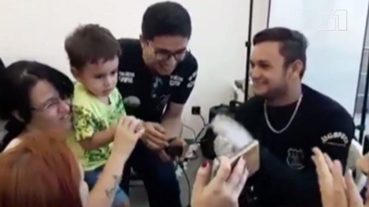 Policiais dançam e cantam 'Baby Shrack' para colher digitais de criança autista em Goiânia