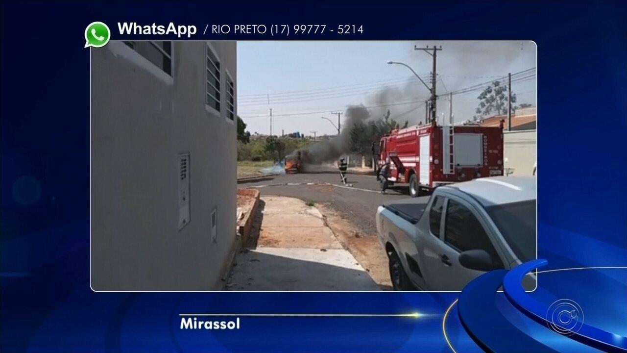 Carro pega fogo após sofrer pane elétrica em bairro de Mirassol
