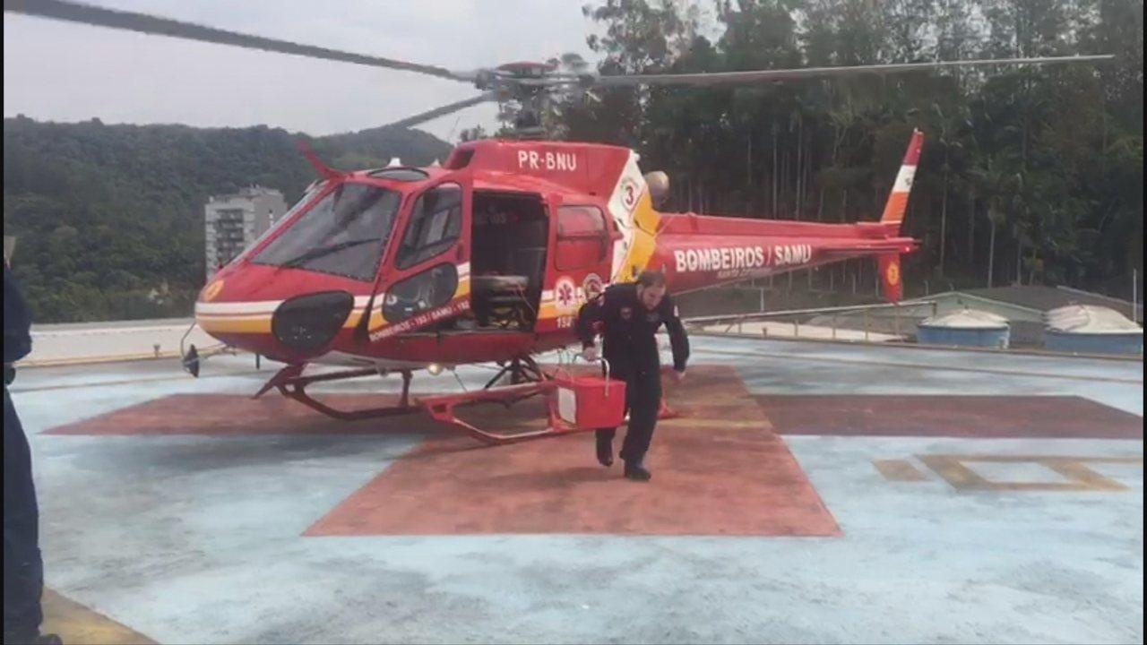 Helicóptero dos bombeiros resgata órgão de transplante que ficou preso no trânsito em SC