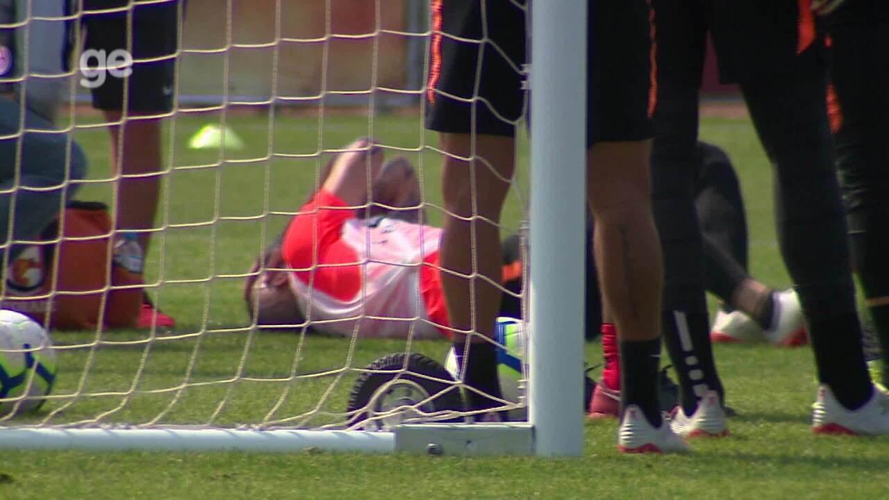 D'Alessandro sente desconforto na coxa e cai no gramado em treino do Inter; veja vídeo