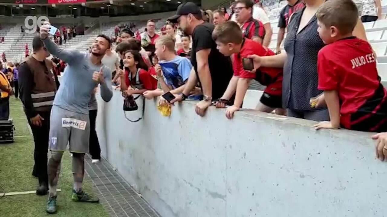 Herói na vitória do Avaí, Vladimir é tietado por torcedores do Athletico
