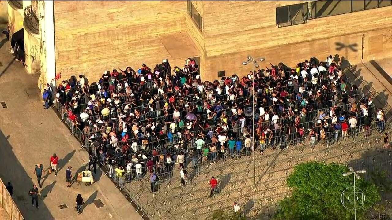 Público enfrenta mais de 12 horas de fila num mutirão de empregos em SP