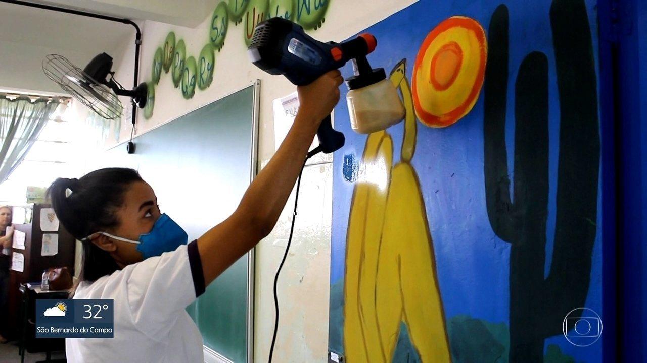 Alunos pintam obras famosas em colégio da Zona Norte de SP