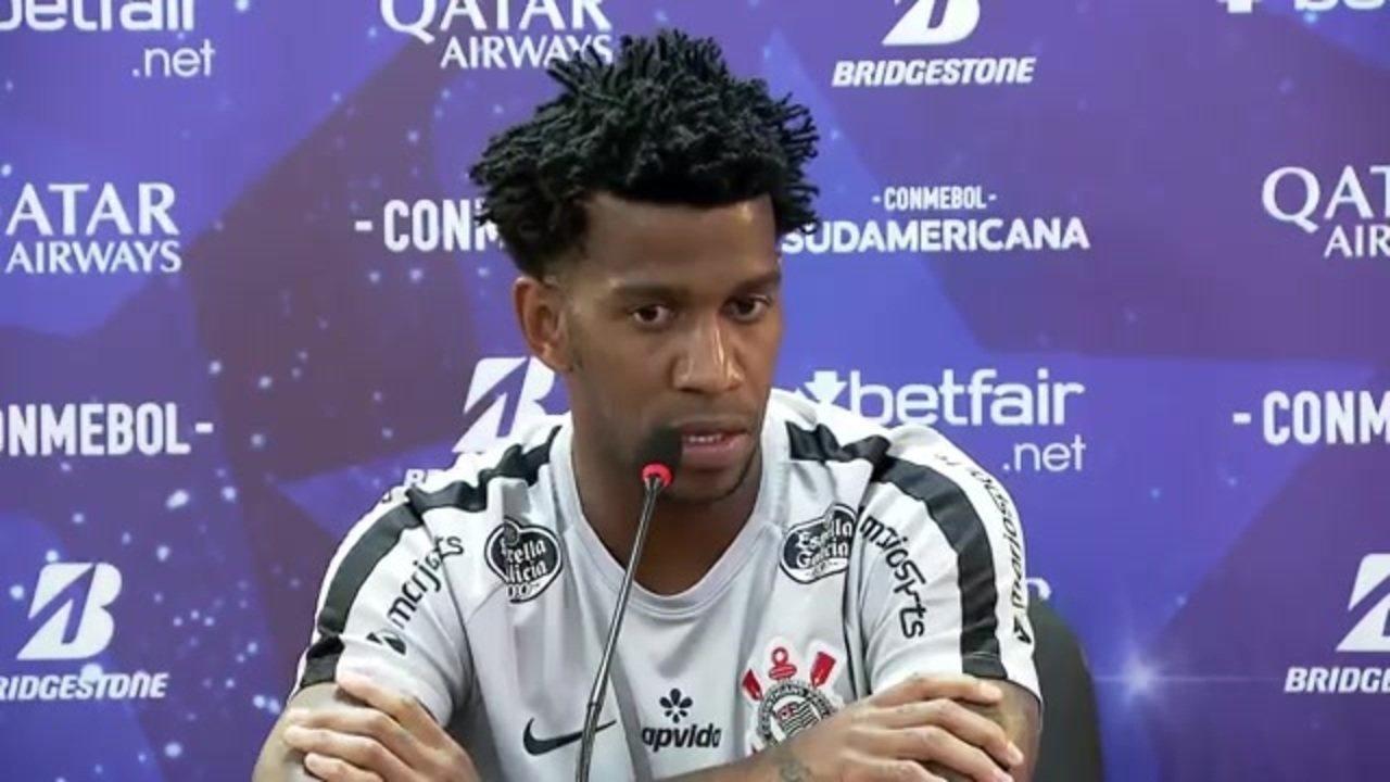 Zagueiro Gil em entrevista coletiva no CT Joaquim Grava