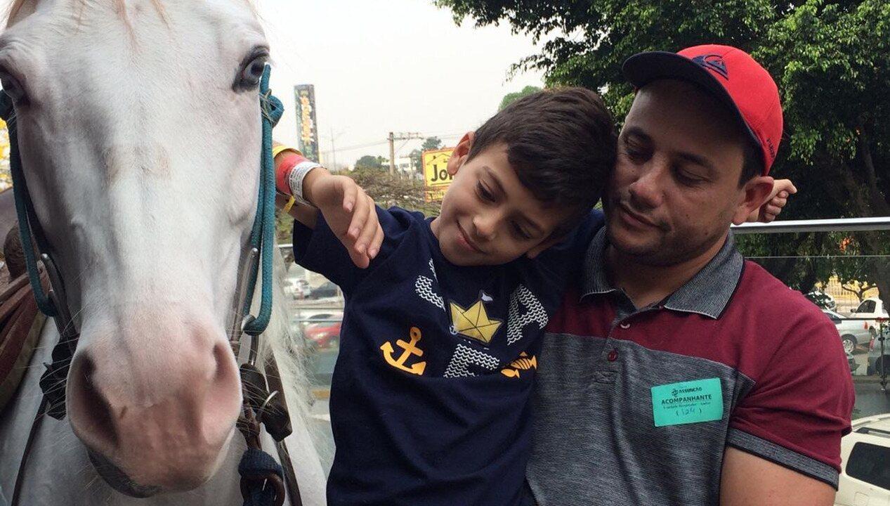Menino recebe visita de cavalo em porta de hospital no ABC paulista