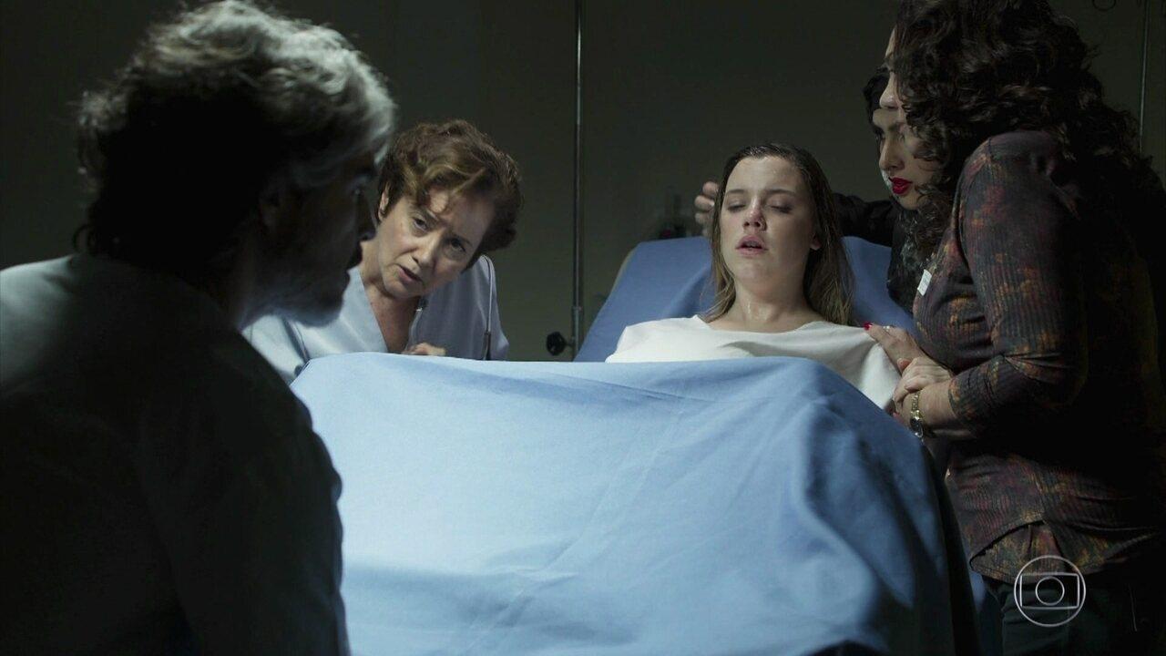 Dalila tem complicações no parto