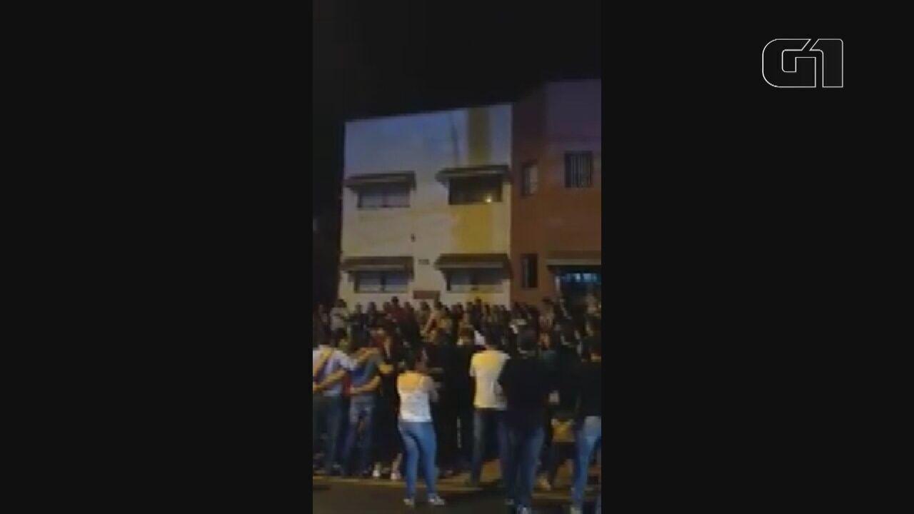Amigos e familiares fazem vígila em frente à Santa Casa de São Carlos