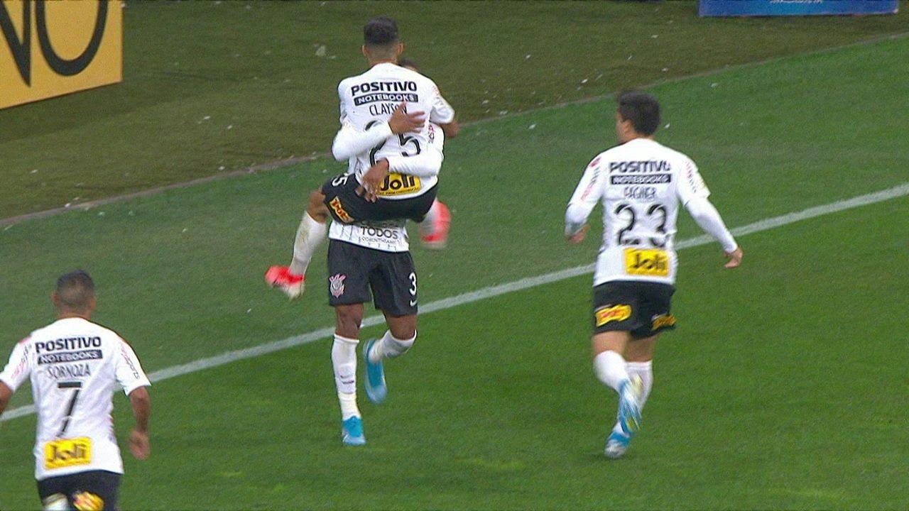 Gol do Corinthians! Clayson tira Douglas, divide com Nino Paraiba e marca, aos 29' do 2º Tempo