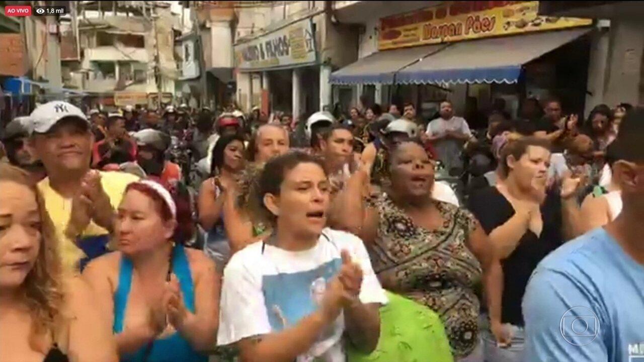 No Rio, moradores do Alemão protestam contra morte de menina