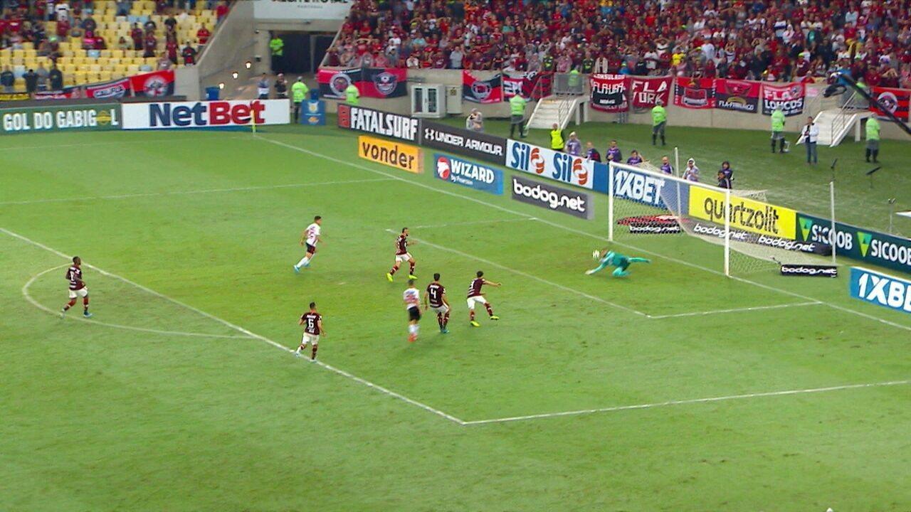 Agora é Diego Alves que salva! Marí falha e Antony chuta para defesa do goleiro, aos 21 do 2º