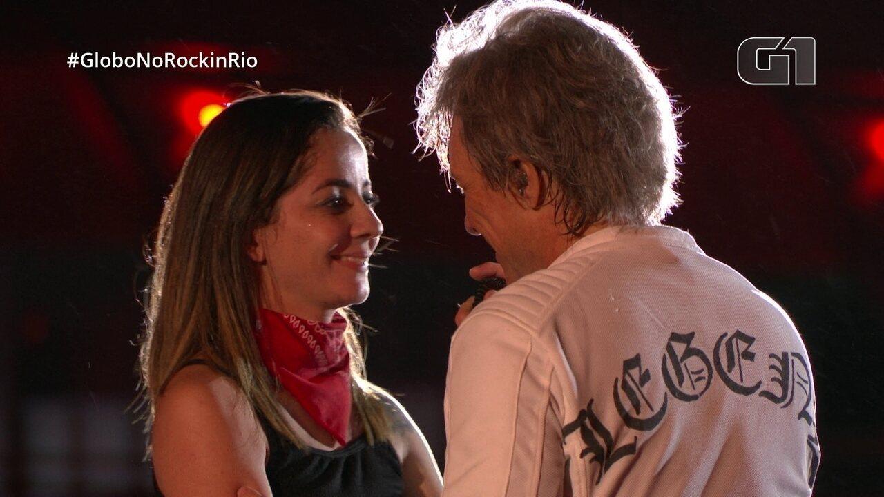 Jon Bon Jovi recebe fã no palco, no Rock in Rio