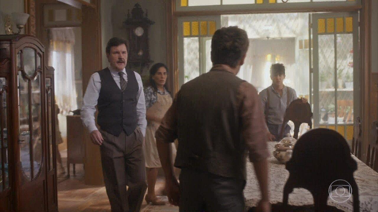 Júlio e Lola apartam a briga entre Carlos e Afredo