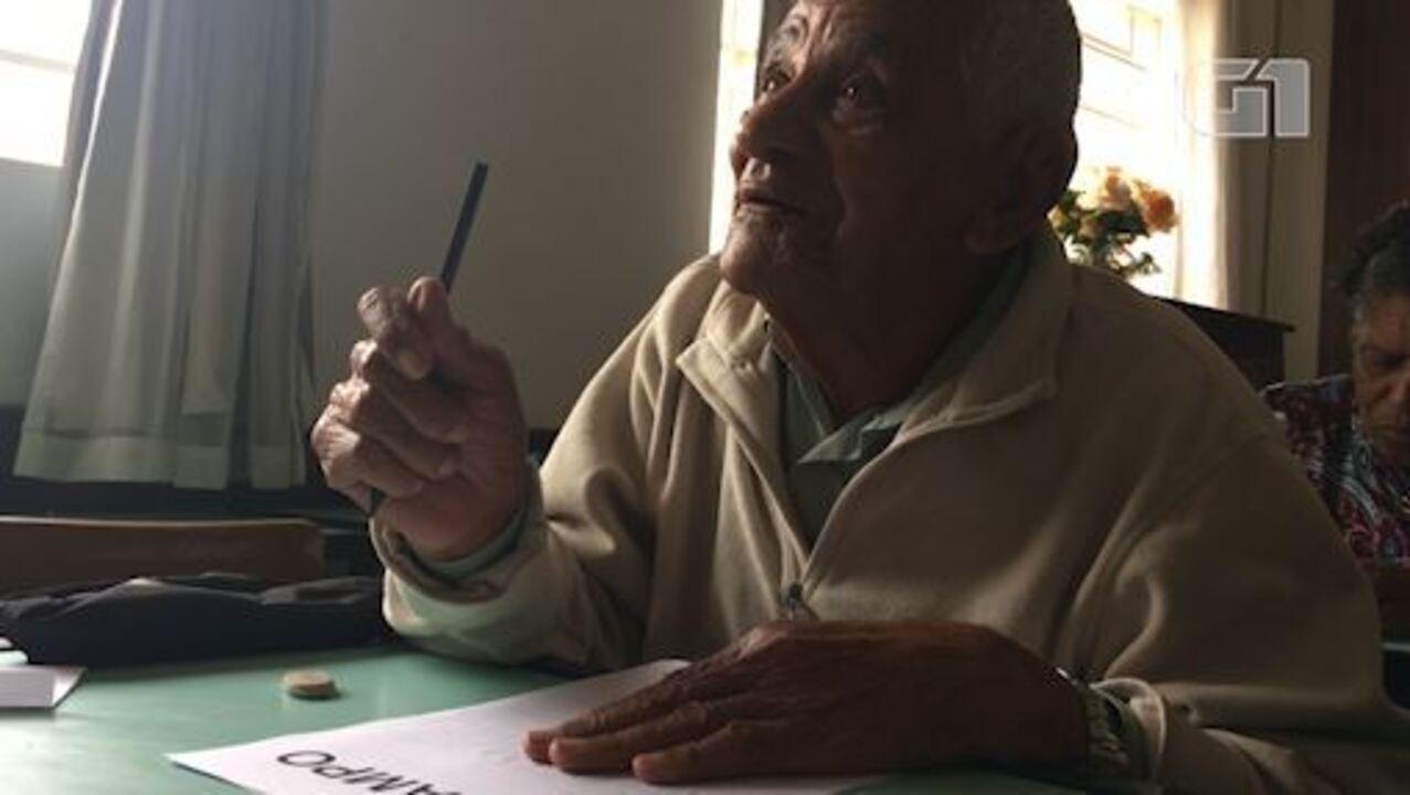 Mineiro de 91 anos aprende a ler e escrever em igreja de Belo Horizonte