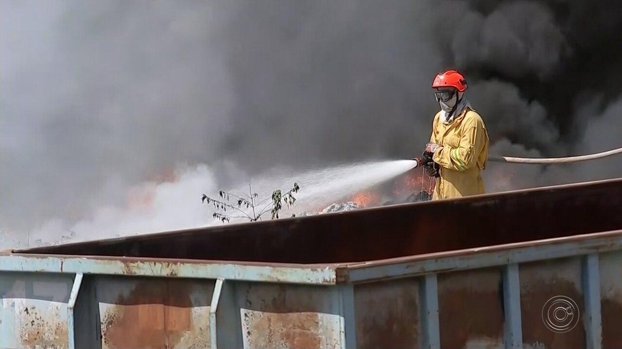 Incêndio atinge depósito de recicláveis em bairro de Bauru