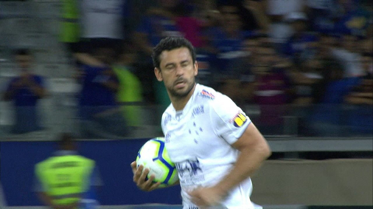 Gol do Cruzeiro! Fred bate pênalti marcado com auxílio do VAR e empata aos 17 do 2º tempo