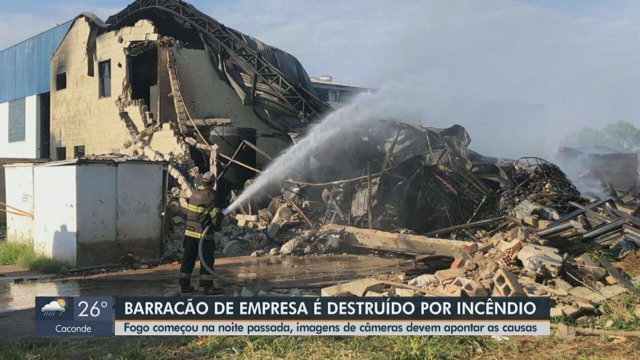 Galpão de Araraquara usado para tratamento de resíduos pega fogo na madrugada e desaba