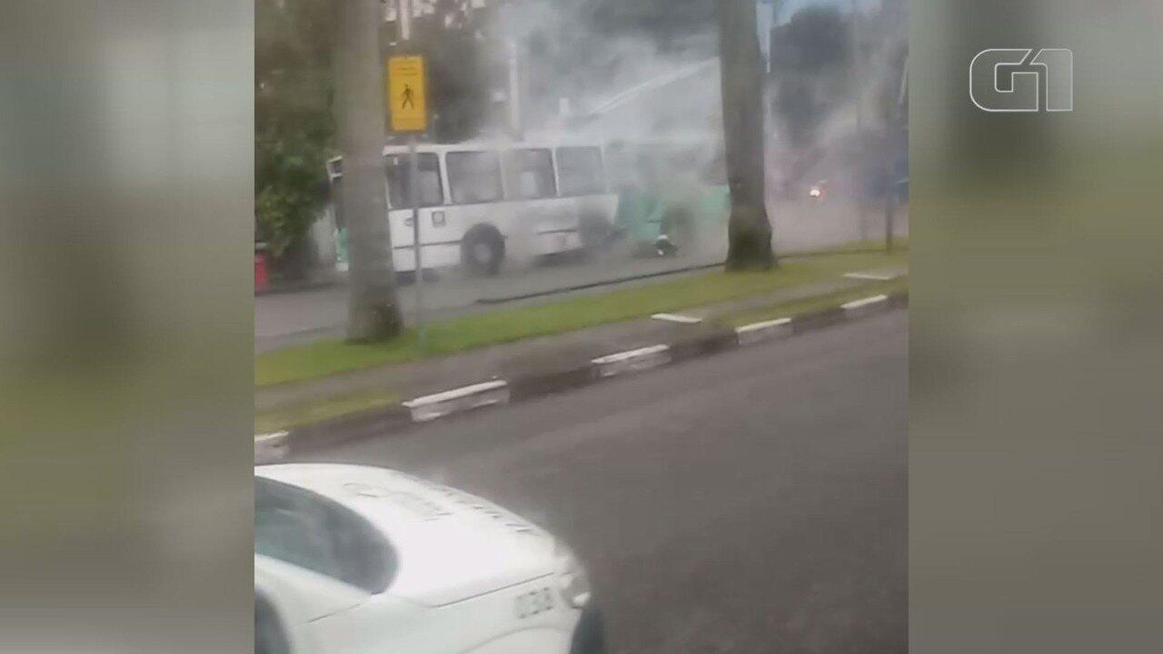 Trólebus pega fogo na avenida Ana Costa em Santos, SP. Uma pessoa, que estava no veículo, foi socorrida.