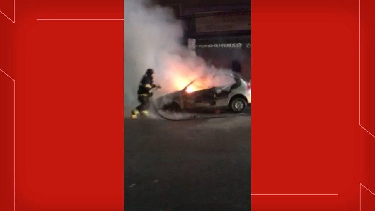 Veja vídeo de carro em chamas em Taubaté