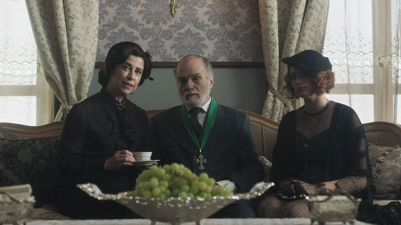 Maria Teresa tenta arranjar um casamento para Catarina