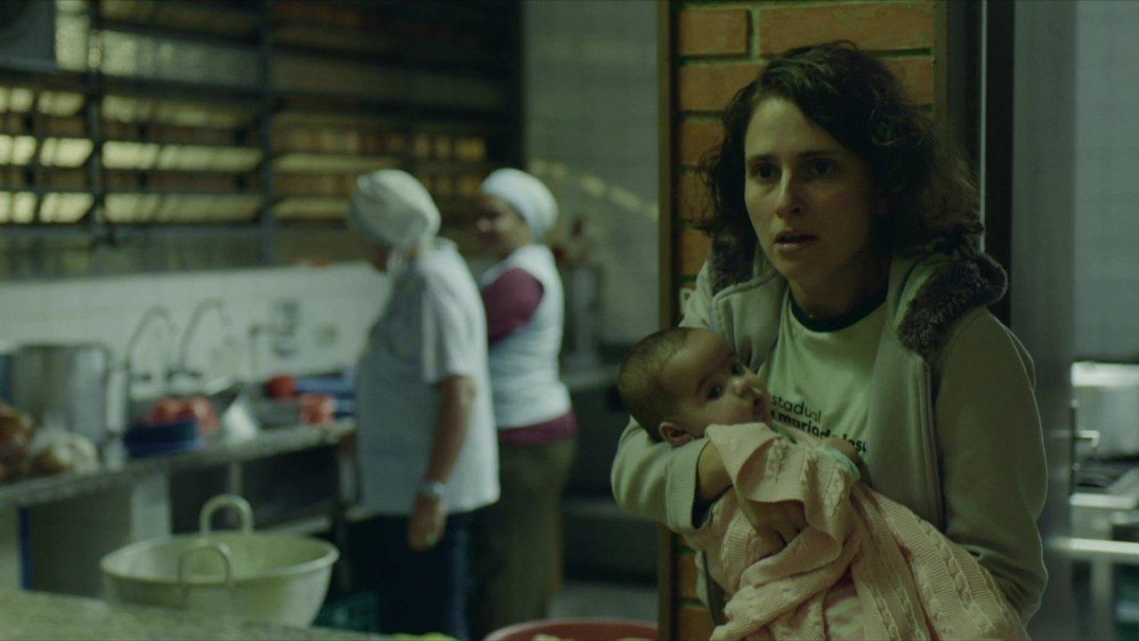 Solange pega leite da cantina para alimentar a filha