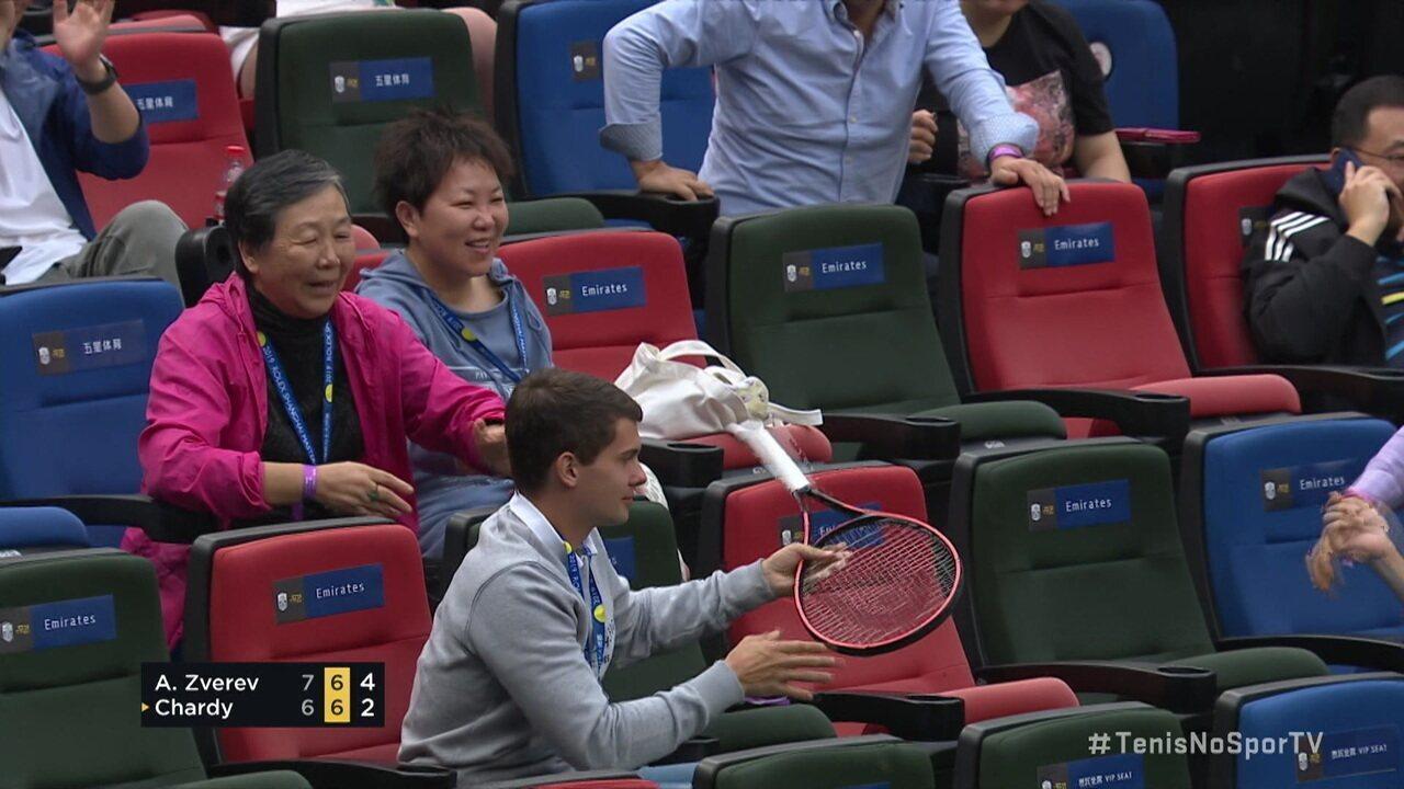 Raquete voa da mão de Alexander Zverev e vai parar na torcida no Masters 1000 de Xangai