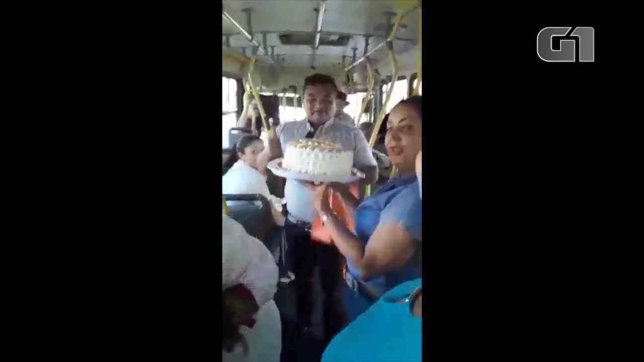 Motorista ganha festa de aniversário de passageiros dentro de ônibus em Araguaína