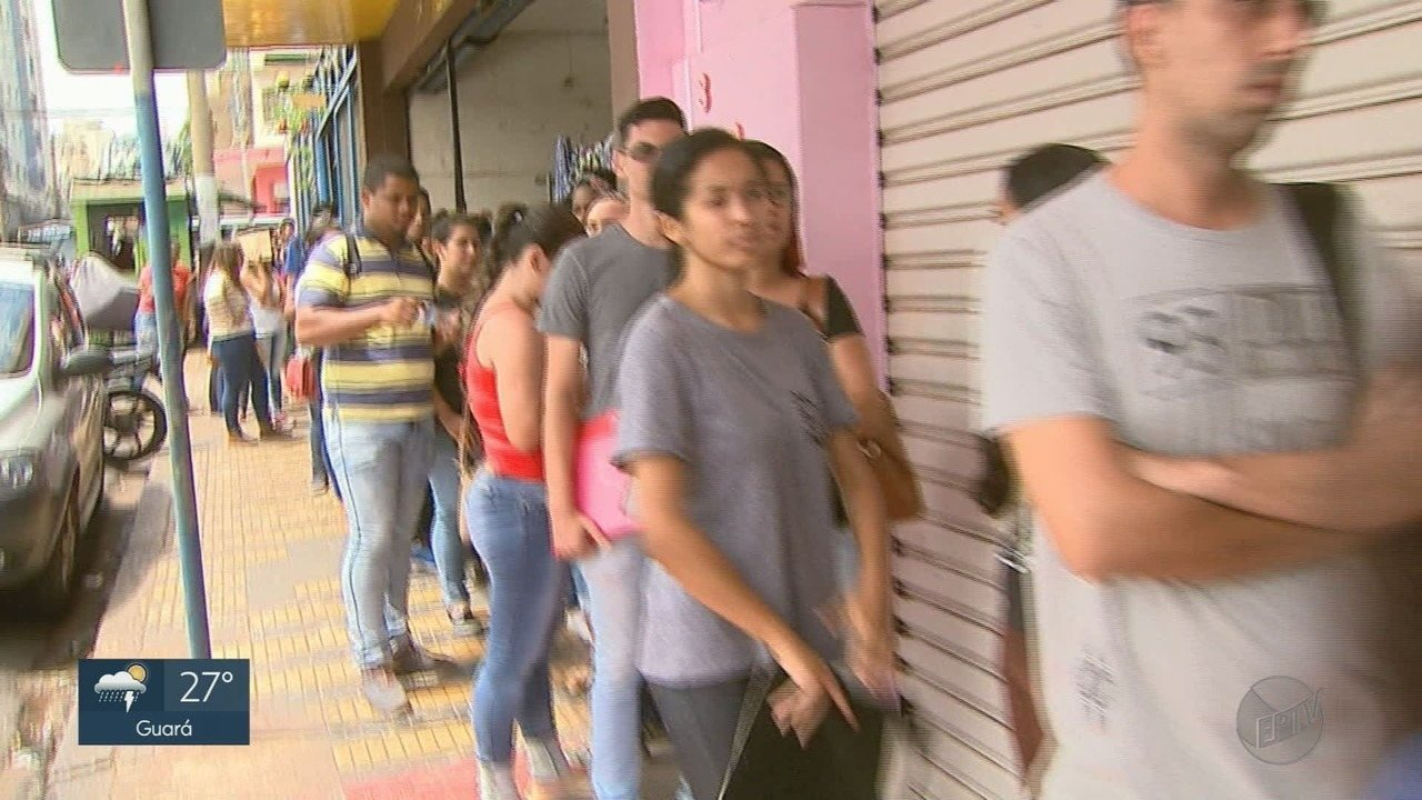 Candidatos fazem fila para concorrer a 14 vagas de emprego em Ribeirão Preto