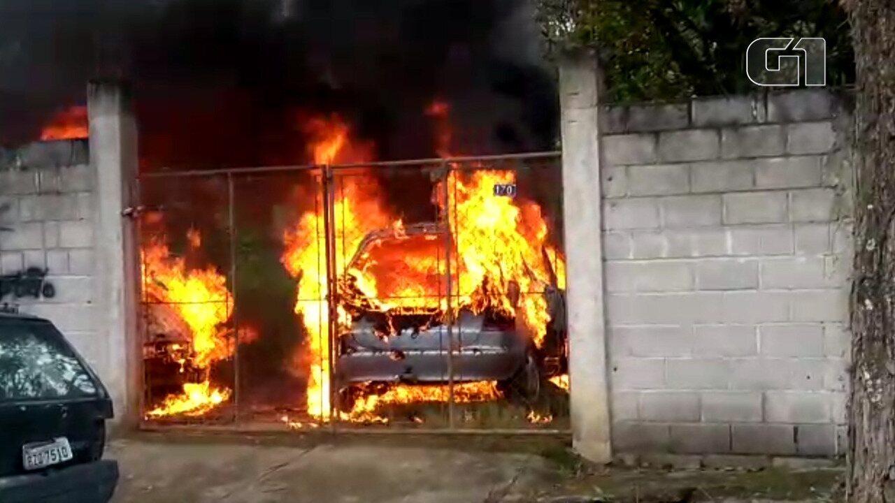 Carro pega fogo em garagem de casa em Pinda