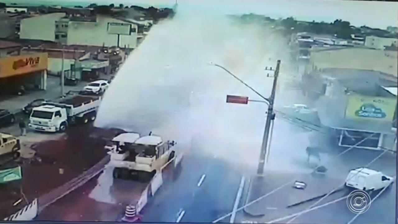 Rompimento de adutora inunda avenida Itavuvu em Sorocaba