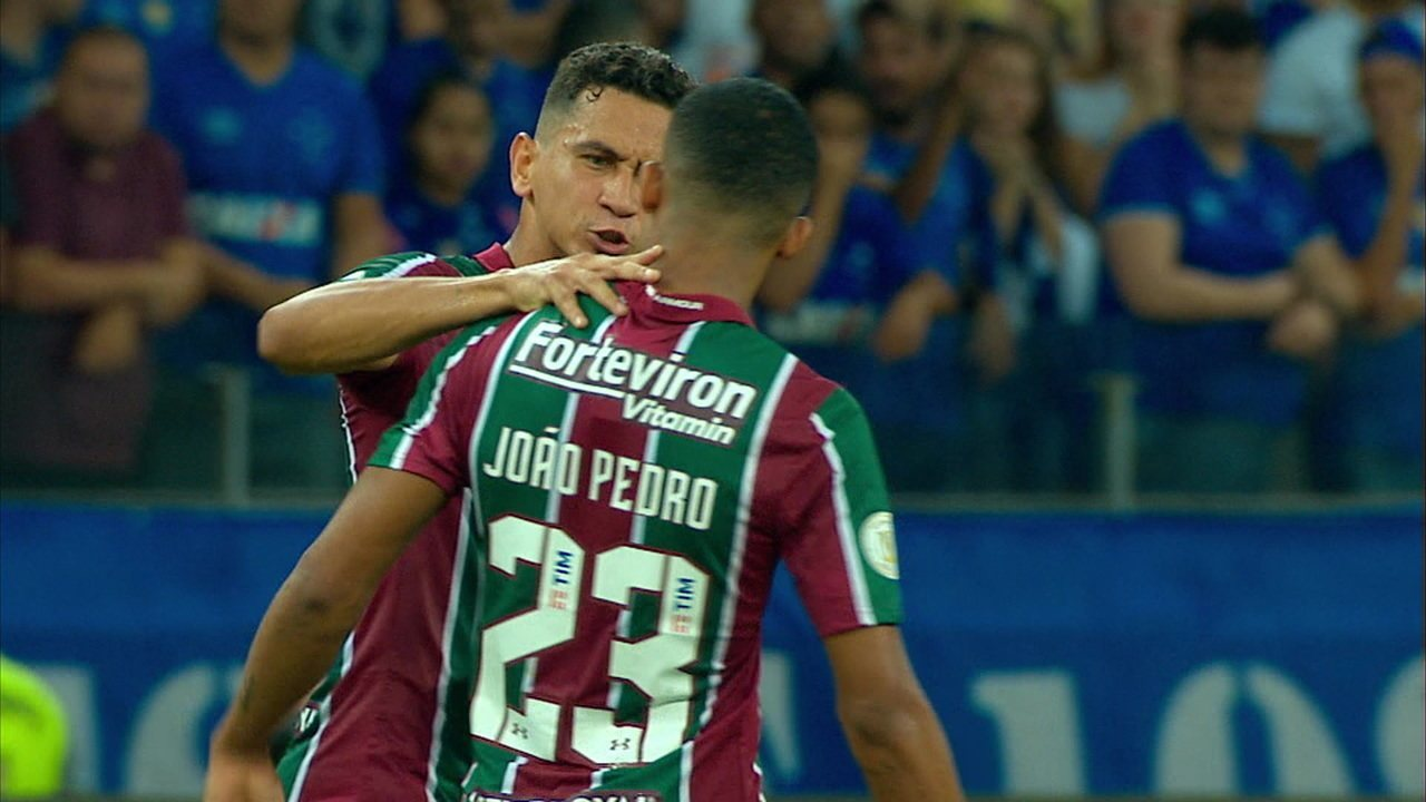 Ganso dá bronca dura e empurra João Pedro após discussão, aos 36' do 1ºT