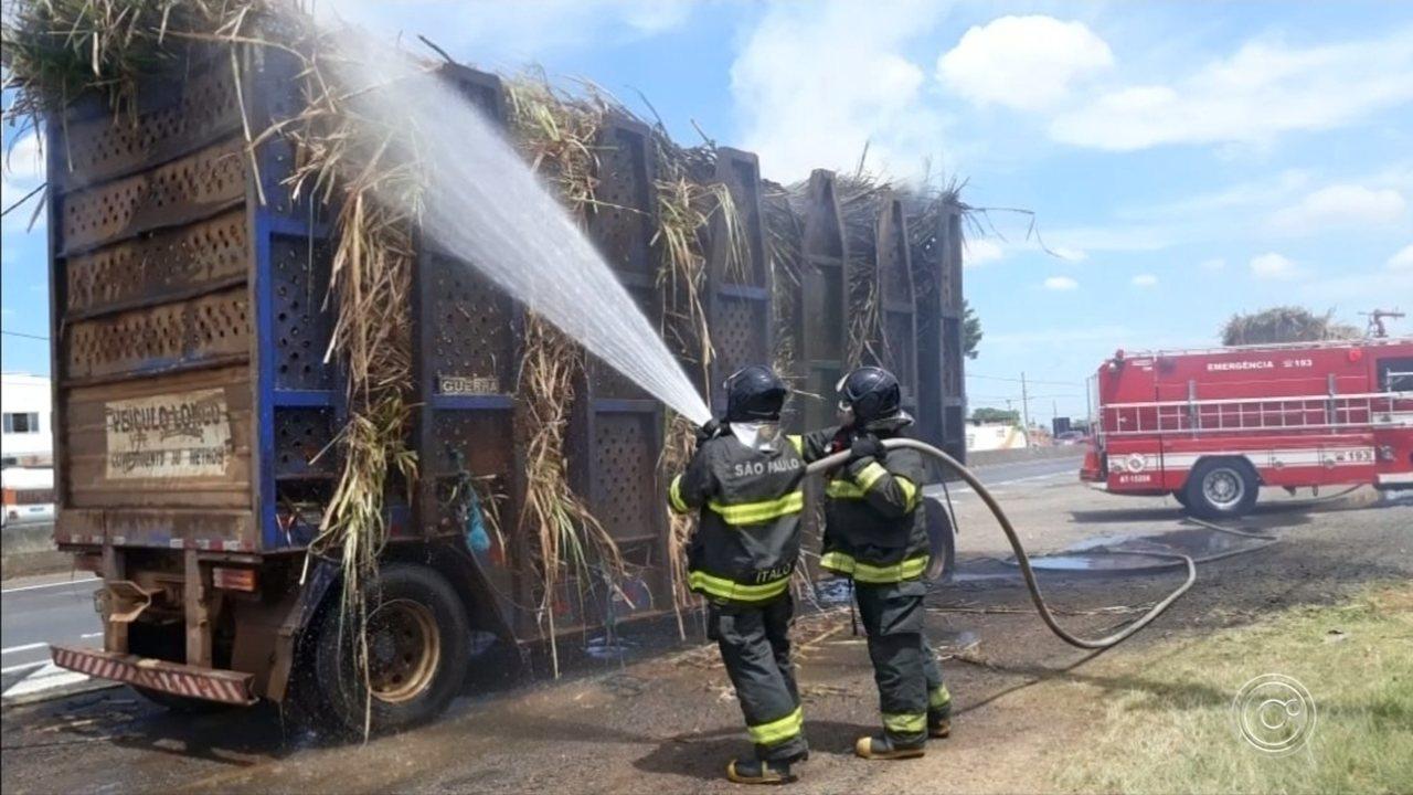 Caminhão bitrem carregado com cana de açúcar pega fogo em Itu
