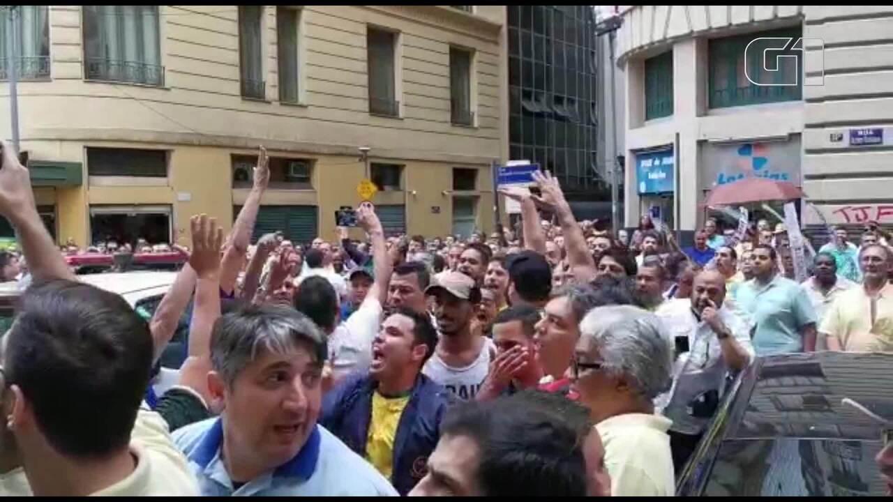 Taxistas protestam no centro durante de votação que regulamenta transporte de aplicativos