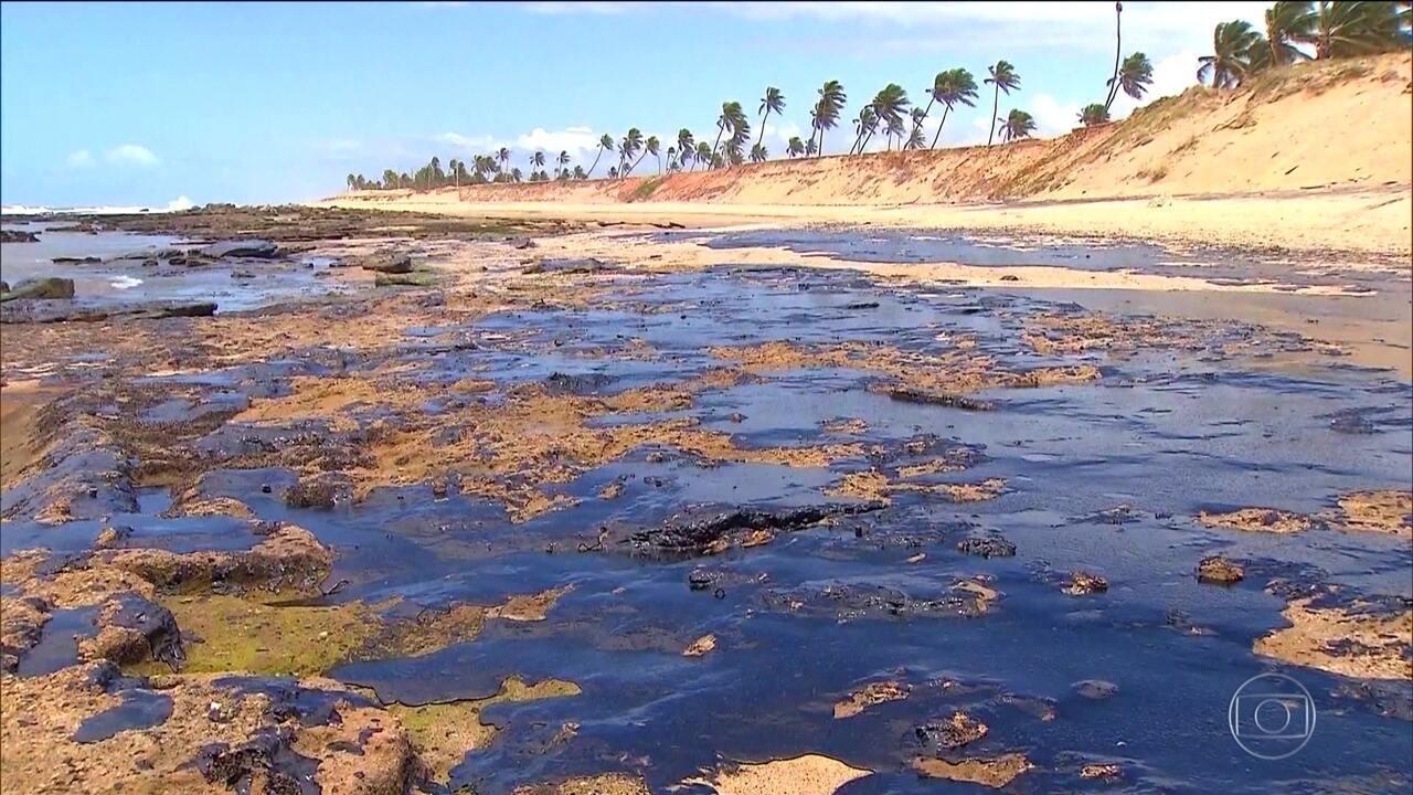 Marinha abre inquérito para investigar a origem do óleo que atingiu a costa brasileira