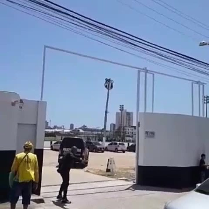Torcida do Ceará protesta em treino antes de jogo contra o Avaí