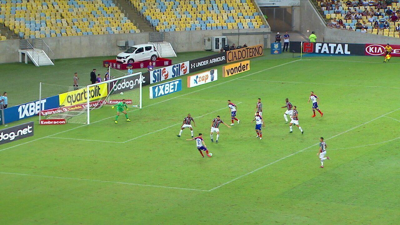 Após roubada, Flávio recebe e bate colocado, mas bola sai, aos 3' do 2º Tempo