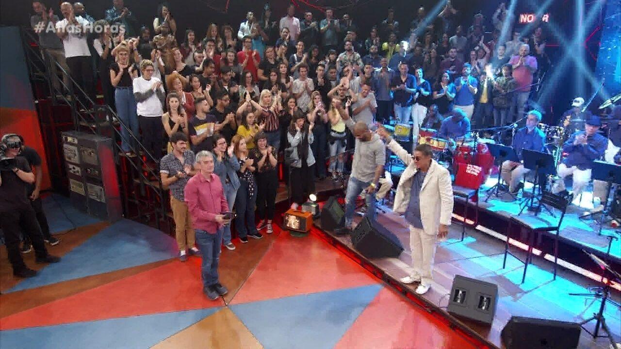 Zeca Pagodinho é ovacionado no fim do programa especial em sua homenagem