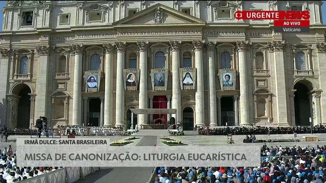 Príncipe Charles acompanha a missa de canonização no Vaticano
