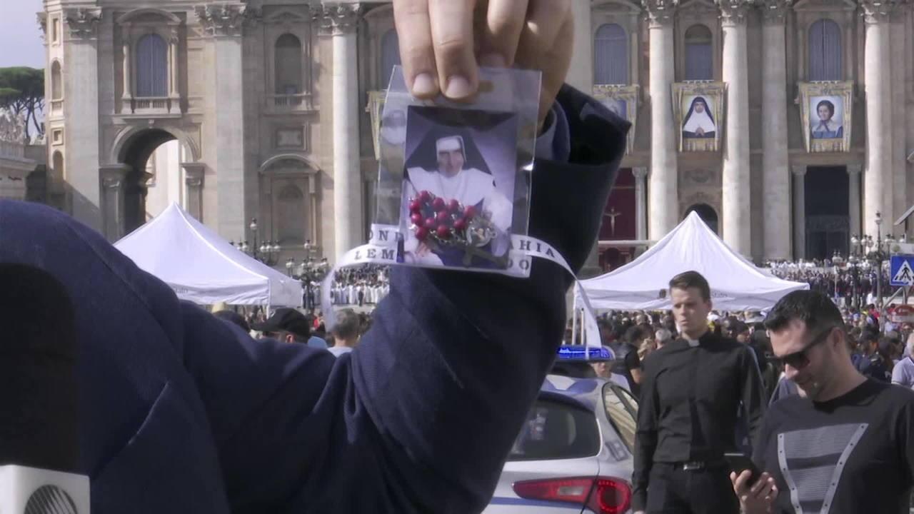 Vendedores ambulantes oferecem kit com santinho de Irmã Dulce, no Vaticano