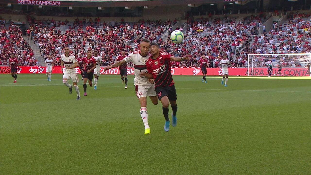 Rafinha e Rony disputam bola e lateral leva pior com traumatismo craniano