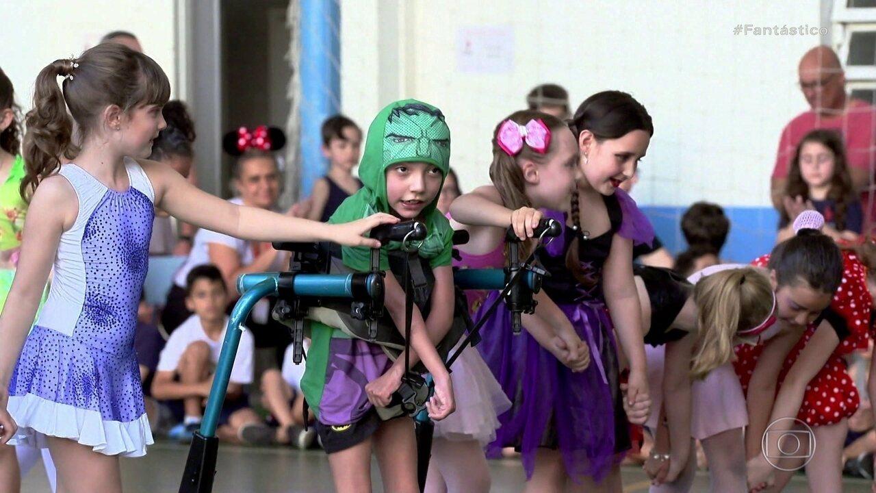 Menino com paralisia cerebral encontra na patinação artística uma paixão