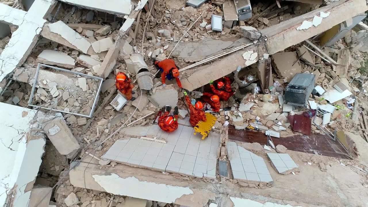 Cachorro é resgatado em desabamento de prédio em Fortaleza