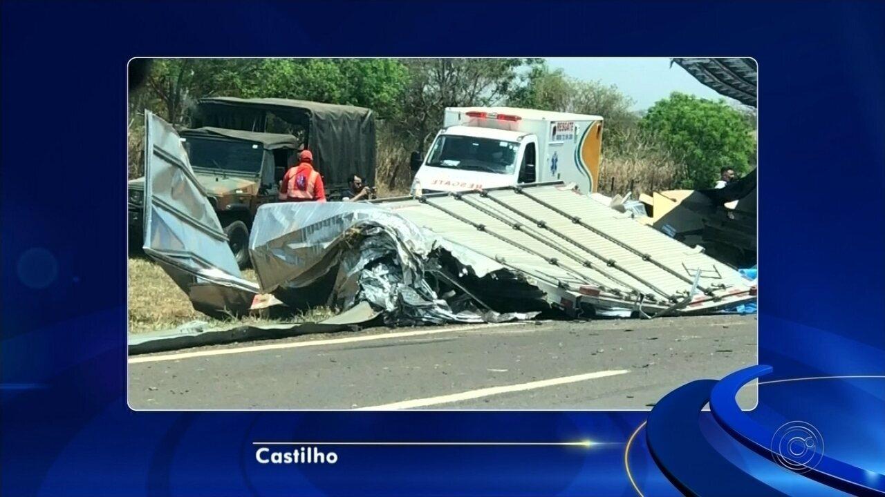 Caminhão carregado com armas, munições e pólvora tomba em rodovia de Castilho