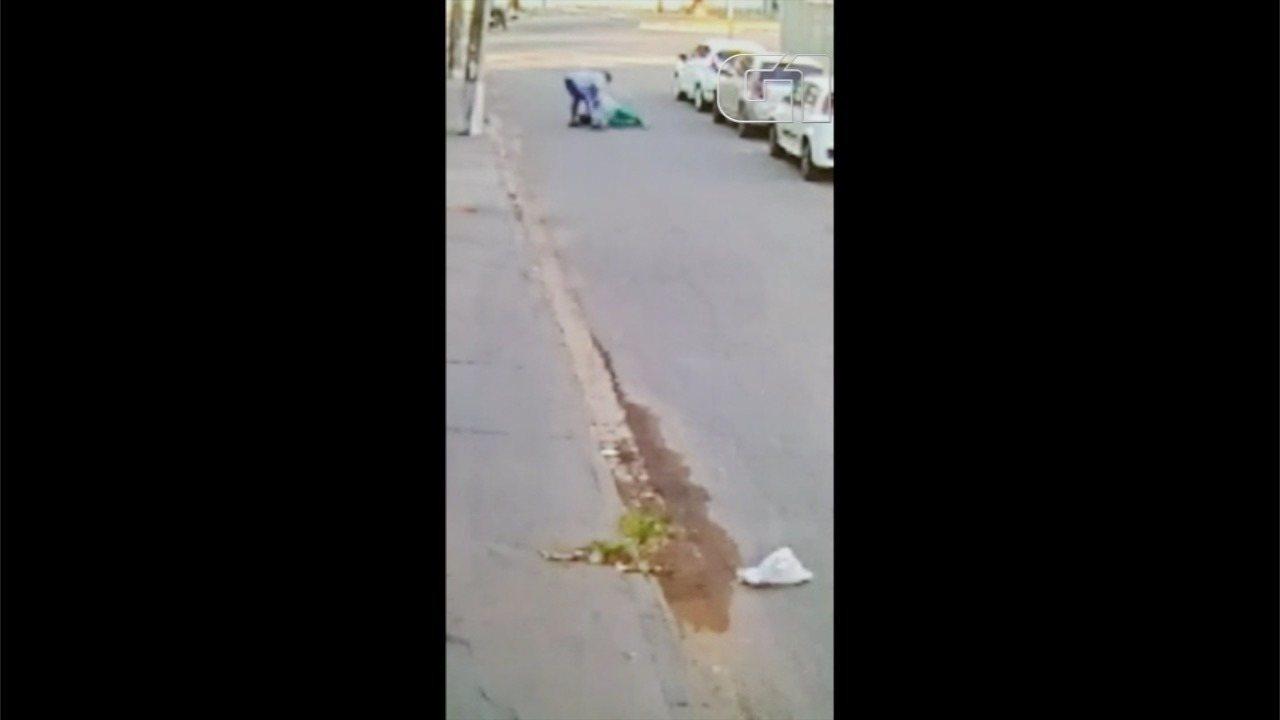 Vídeo mostra mulher sendo agredida e arrastada por assaltante durante roubo de carro
