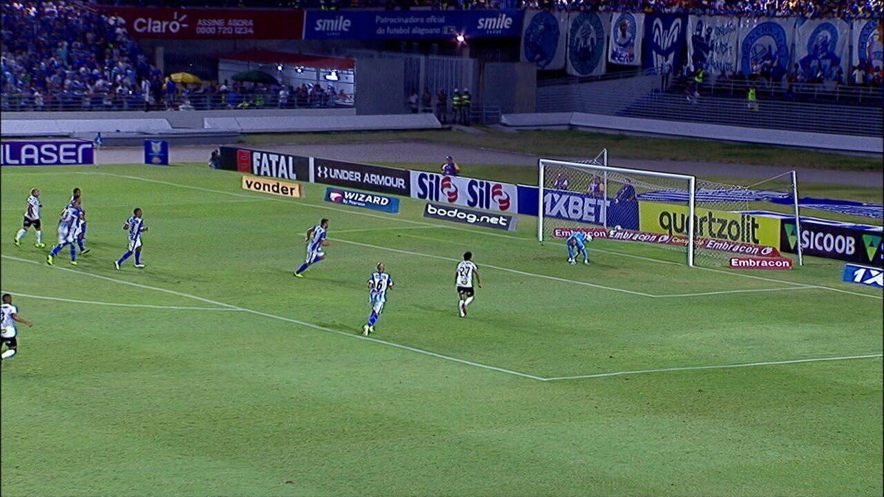 Vinícius tenta mais uma finalização de fora da área e João Carlos defende aos 38' do 1º tempo