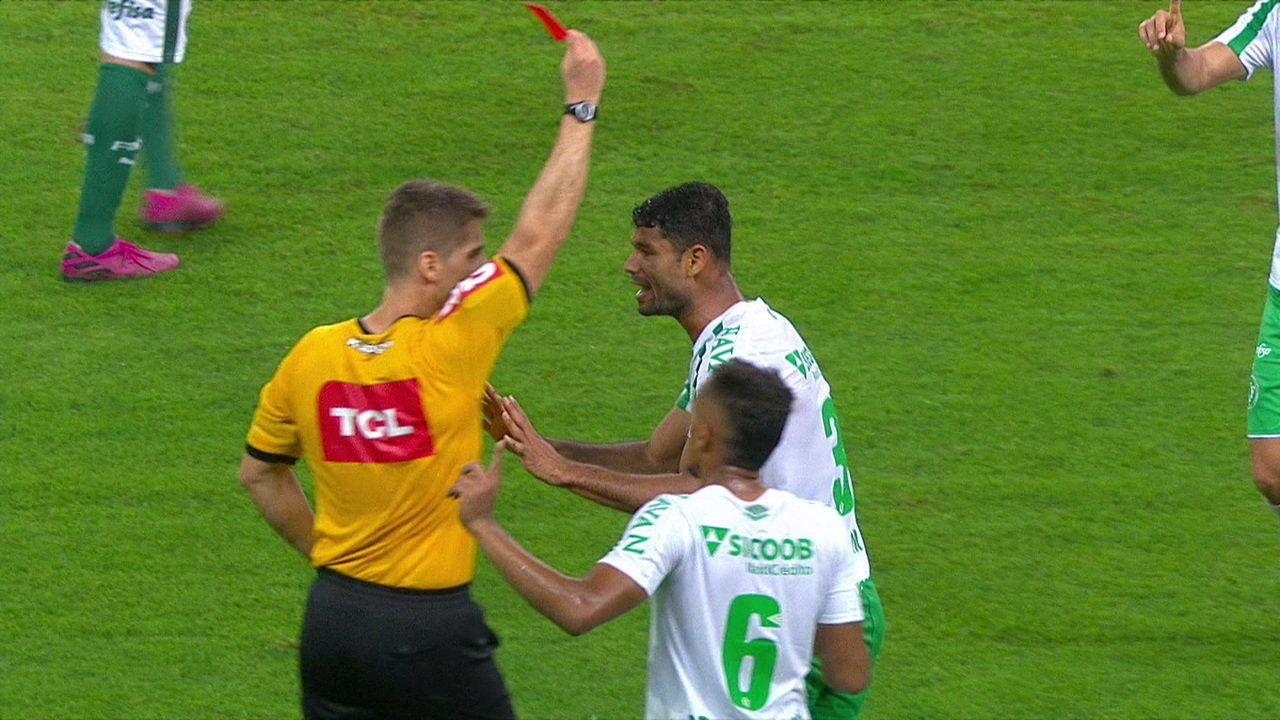 Gum recebe o vermelho direto, árbitro consulta VAR e confirma expulsão, aos 22' do 2º tempo