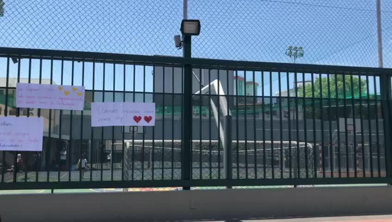 Cartazes de alunos e pais do Colégio Magnum apoiam ajudante de educação física, em BH