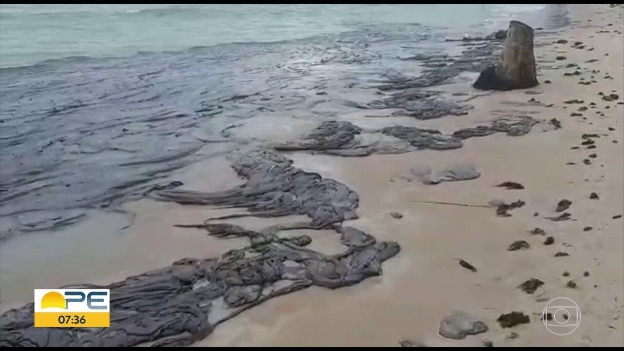 Manchas de óleo atingem Praia dos Carneiros, em Tamandaré