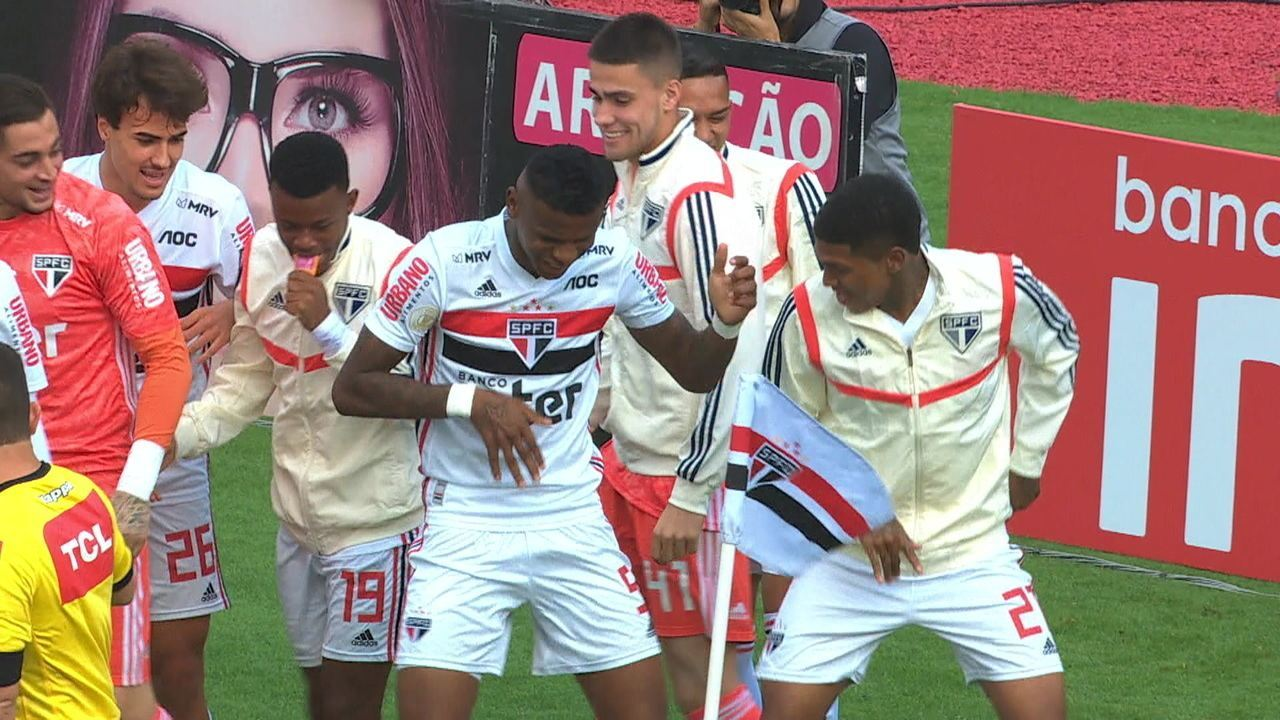 Gol do São Paulo! Daniel Alves cobra o escanteio e Arboleda cabeceia para o fundo da rede, aos 5' do 2º tempo